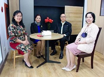 นายกสมาคมส่งเสริมนวัตกรรมและการประดิษฐ์ไทย พร้อมด้วย อุปนายกสมาคมส่งเสริมนวัตกรรมและการประดิษฐ์ไทย ได้เข้าพบและมอบกระเช้าแสดงความยินดีกับ ผู้ช่วยศาสตราจารย์ ดร. สุวรีย์ ยอดฉิม (ประธานสาขาวิชาภาษาศาสตร์)